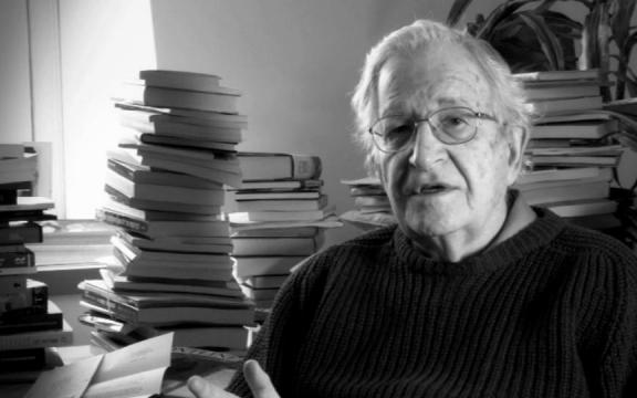 """Noam Chomsky: """"We moeten oorlog met Iran stoppen voordat het te laat is"""""""