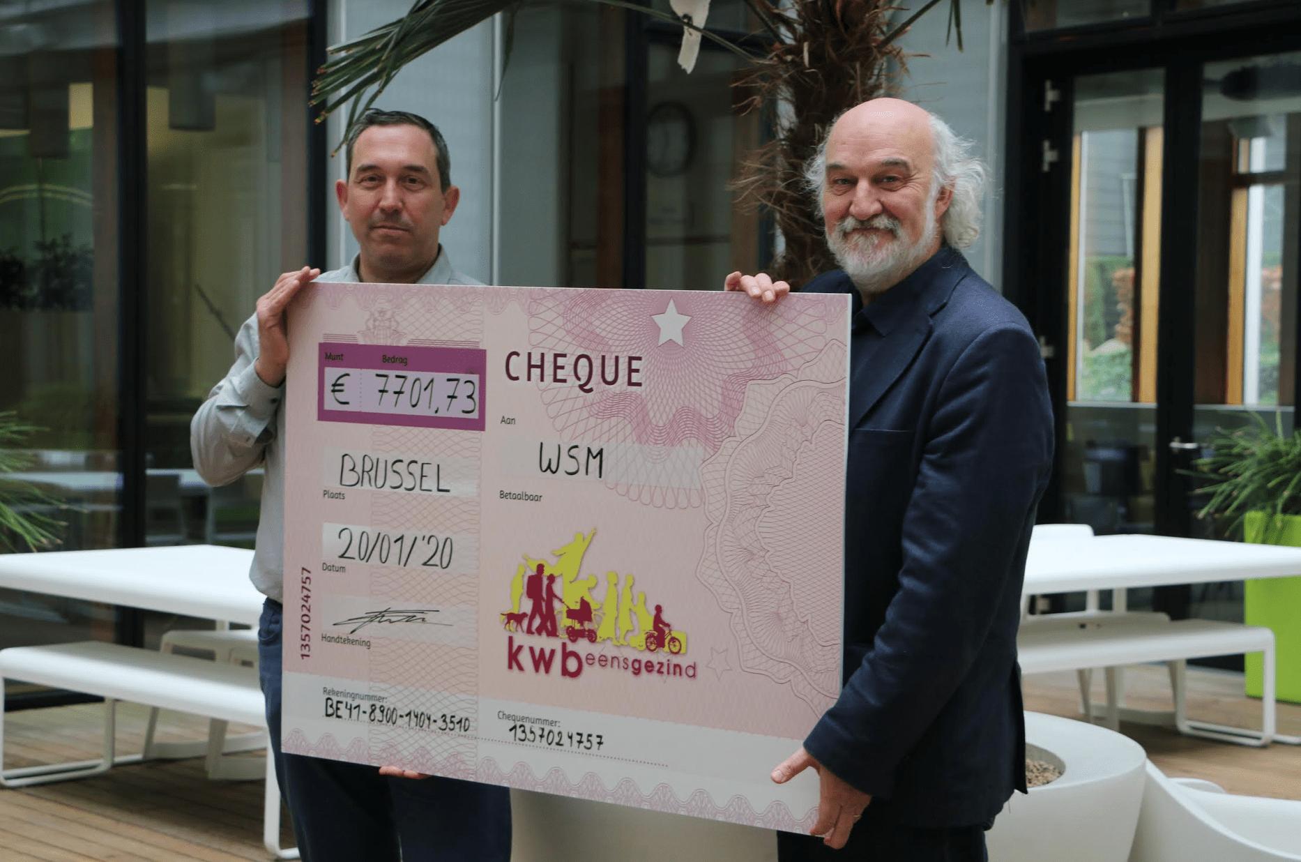 Foto: Kwb-voorzitter Wim Verlinde overhandigt de cheque met het verzamelde bedrag aan André Kiekens, algemeen secretaris van WSM.