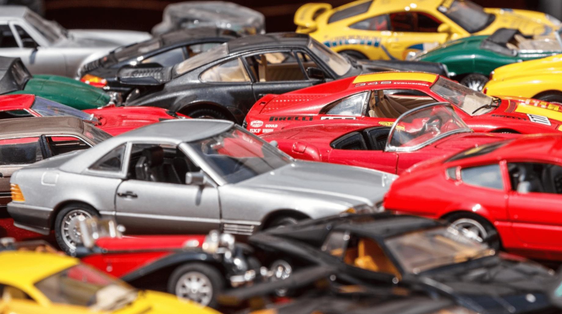 Speelgoedauto's bij elkaar.
