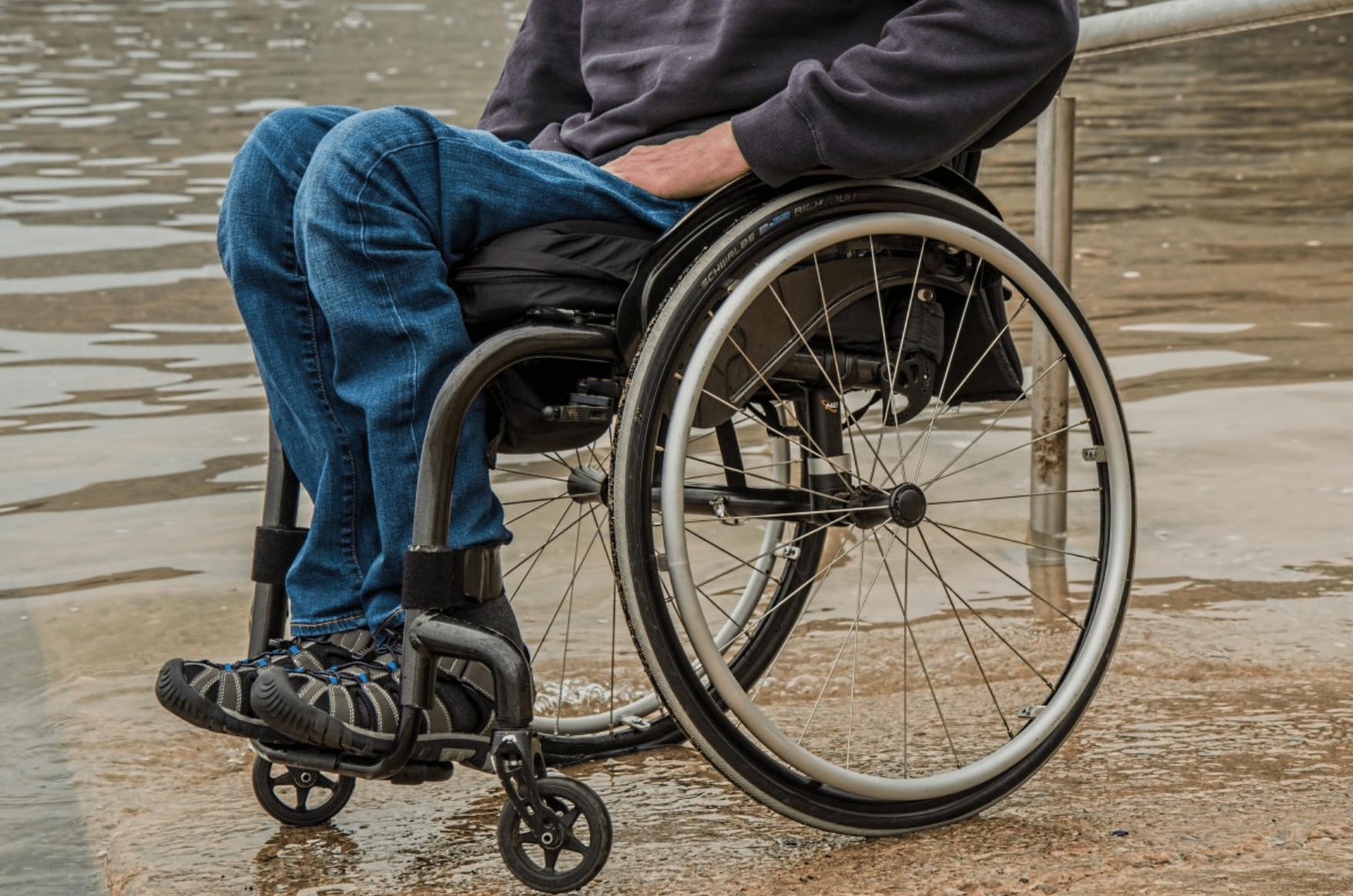Een persoon in een rolstoel.