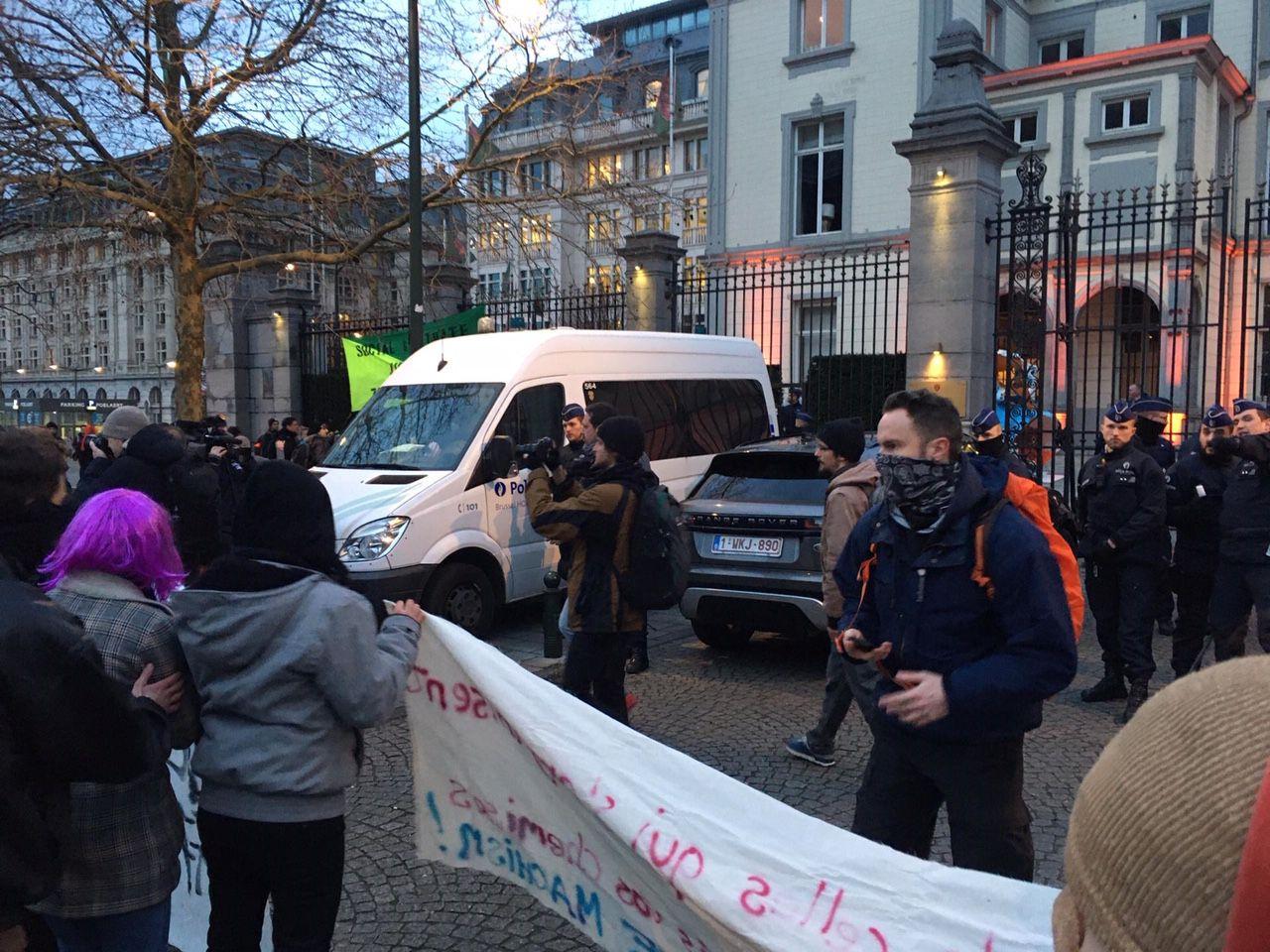 Zo'n 150 mensen hebben zich verzameld voor het Justitiepaleis in Brussel.