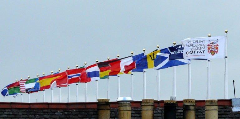 Vlaggen stellen de verscheidenheid aan talen voor.