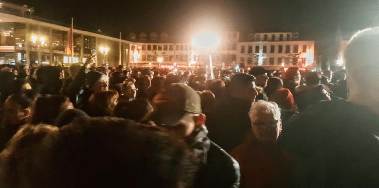 Mensen komen samen op een plein na de aanslag in Hanau.