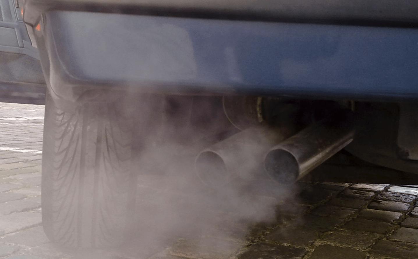Vervuilende uitlaatgassen van een auto.