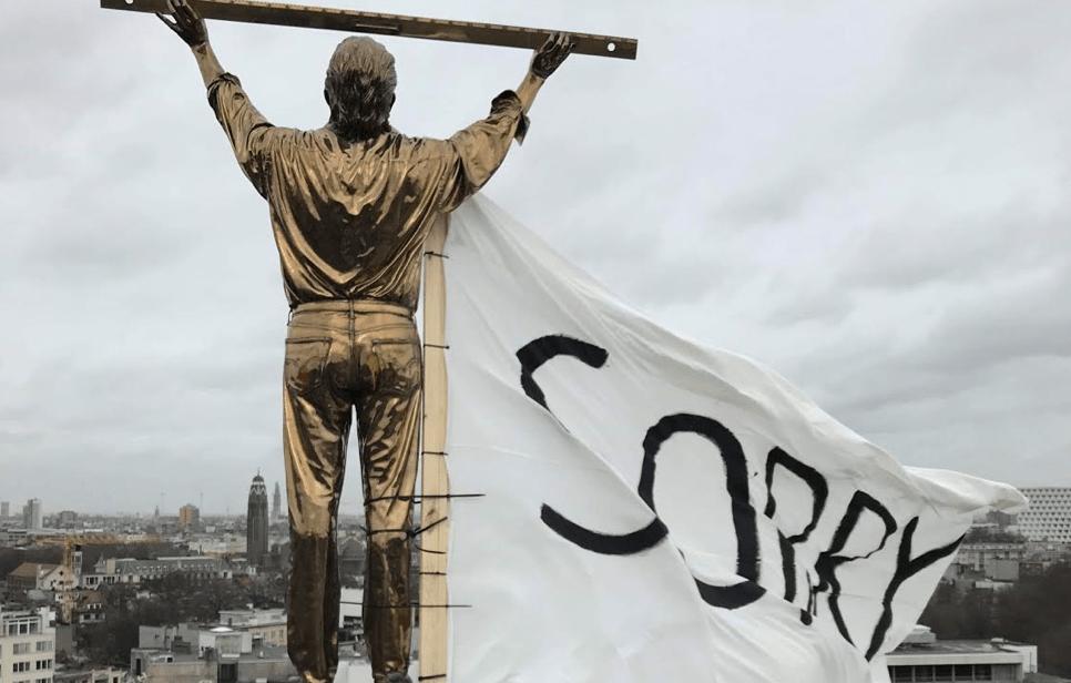 #MeToo-actie tegen Jan Fabre. Kunststudenten laten Jan Fabre-beeld in Antwerpen 'sorry' zeggen tegen zijn misbruikslachtoffers.