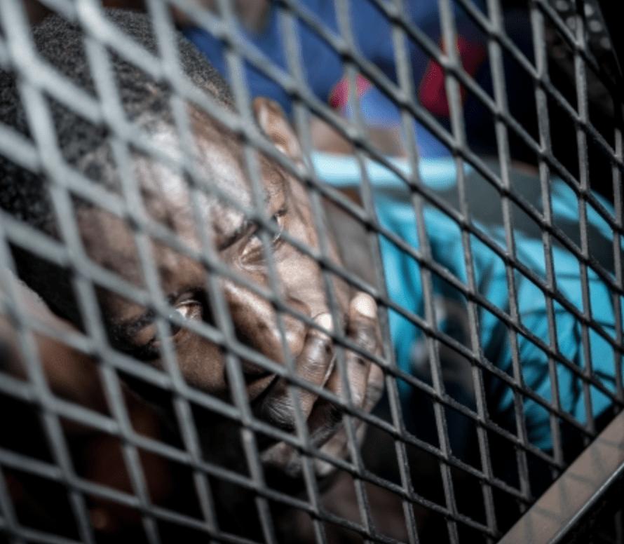 Vluchteling uit Afrika achter tralies.