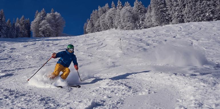 Een man die skiet in de bergen.