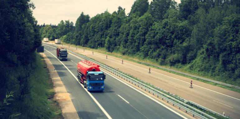 Vrachtwagens op de snelweg.