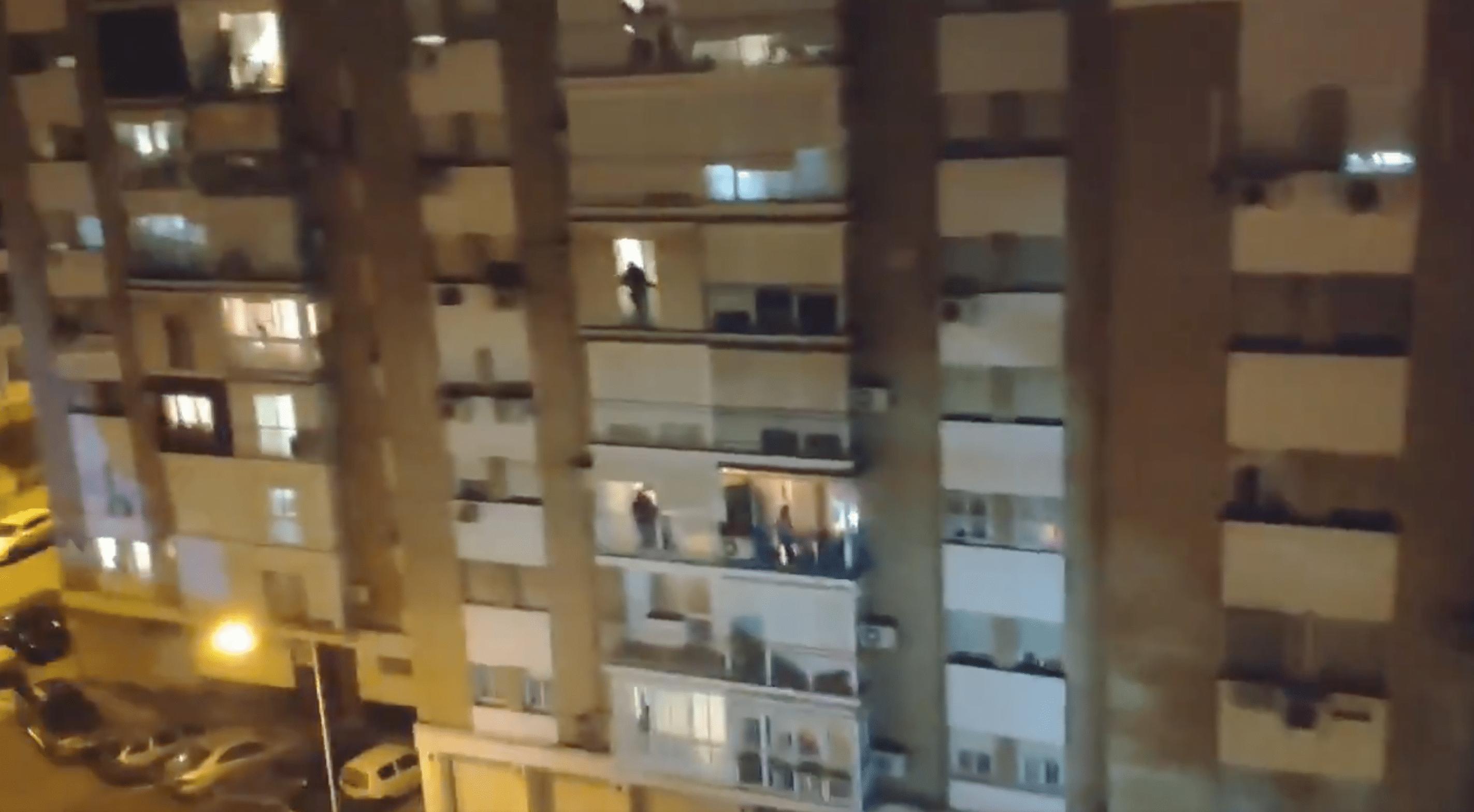 Burgers in Spanje klappen voor zorgverleners.