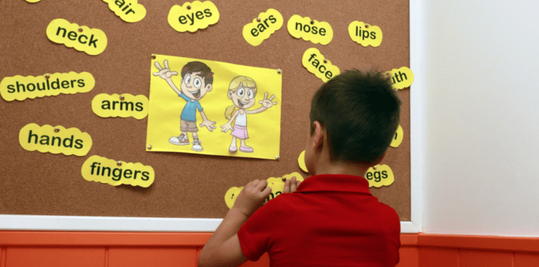 Een kind leert taal.