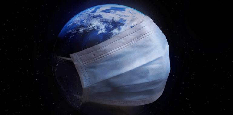De Aarde met een mondmasker om wegens de coronacrisis.