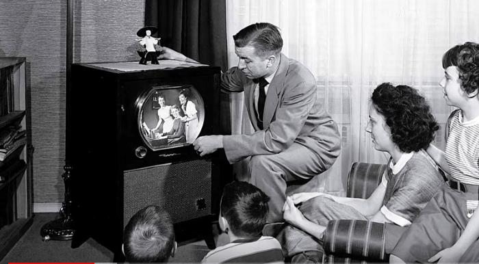 Gezin voor de tv in de jaren 50.