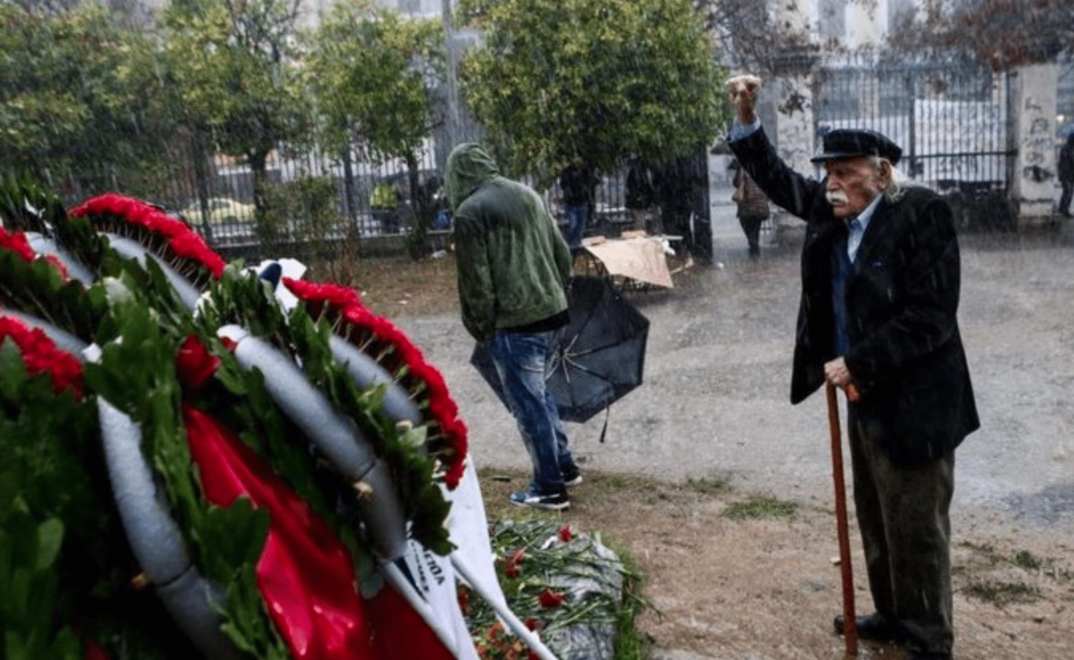 Glezos in 2015 aan het herdenkingsmonument van de Polytechnische School in Athene. Hier werden op 17 november 1973 meerdere studenten verpletterd door een tank van het Griekse kolonelsregime.