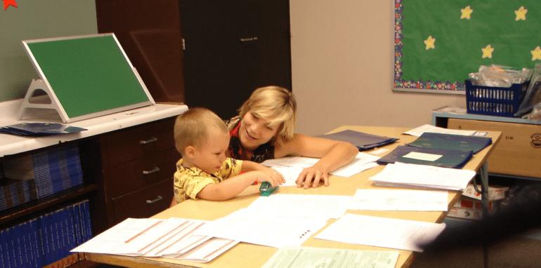 Een moeder die moet telewerken en tegelijk voor haar kind zorgen.