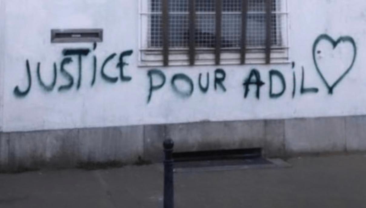 Grafity-tekst op een muur in Brussel: 'Justice pour Adil'