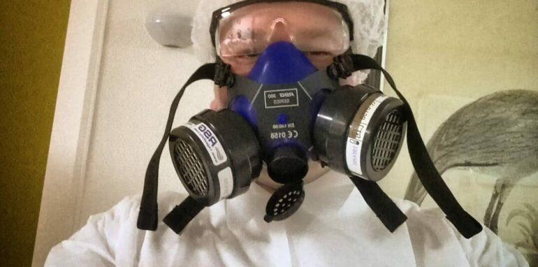 Dennis De Meyer met een gezichtsmasker tegen coronavirus.