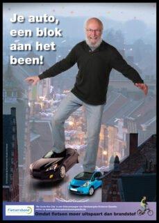 Een campagnebeeld van Fietscampagne vzw: 'Je auto, een blok aan het been!'