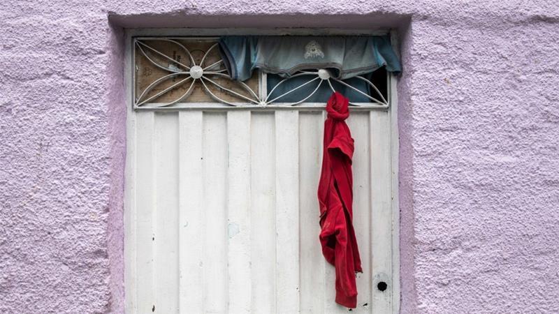 Rode doeken in arme wijken van de Colombiaanse steden