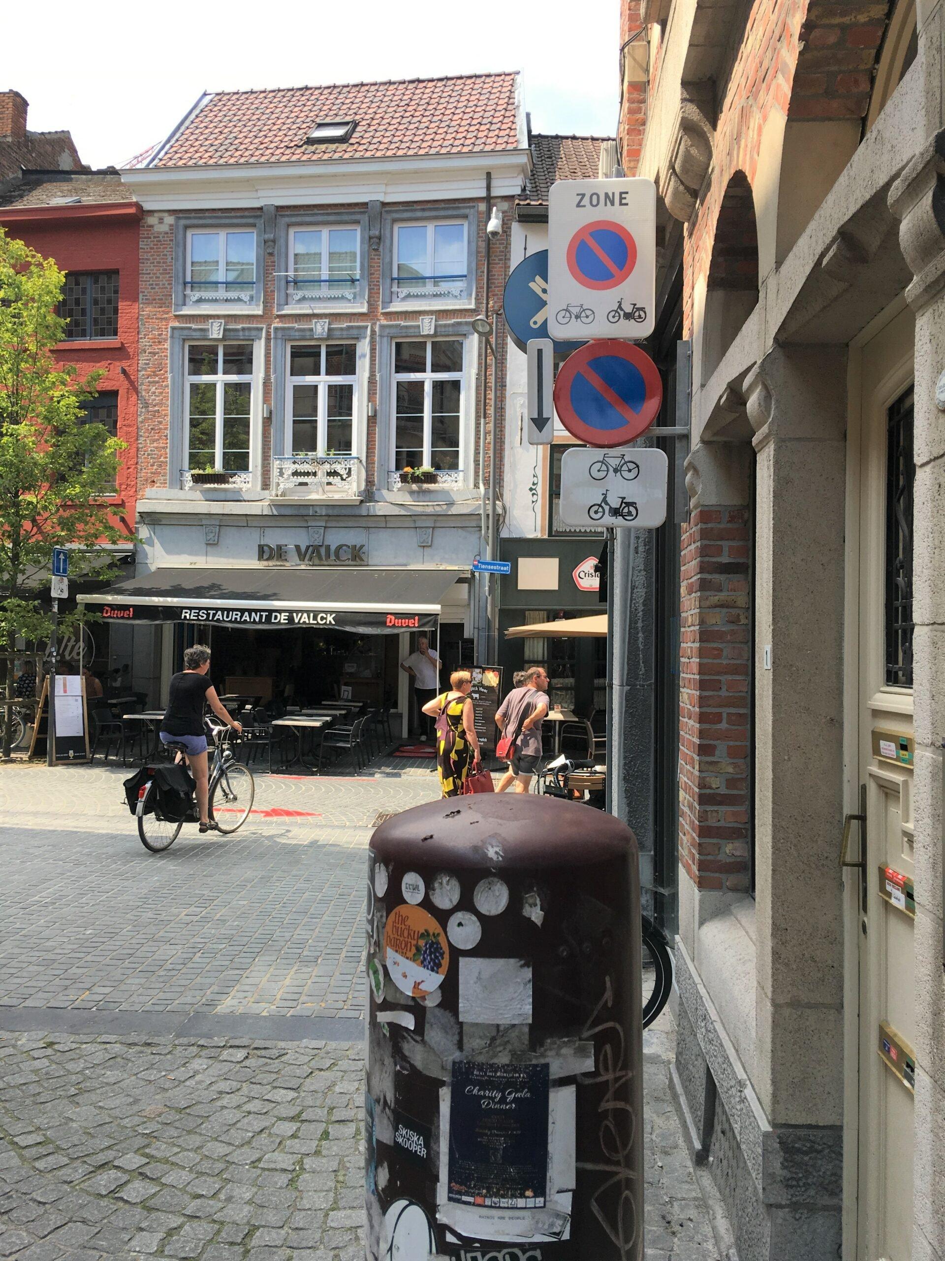 Leuven,nieuwe verwarrende borden 'verboden parkeren' voor fietsen