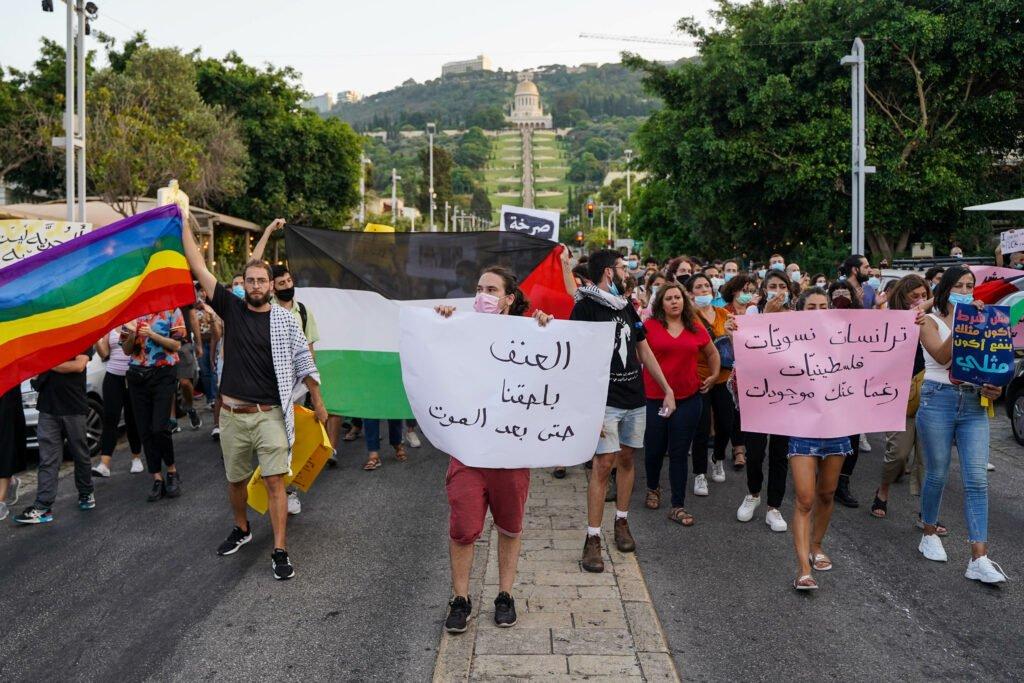 Queer activisten verzamelen in Haifa en roepen op tot bevrijdiging en veiligheid op 29 juli 2020. De mars was georganiseerd door alQaws. (foto: ActiveStills)