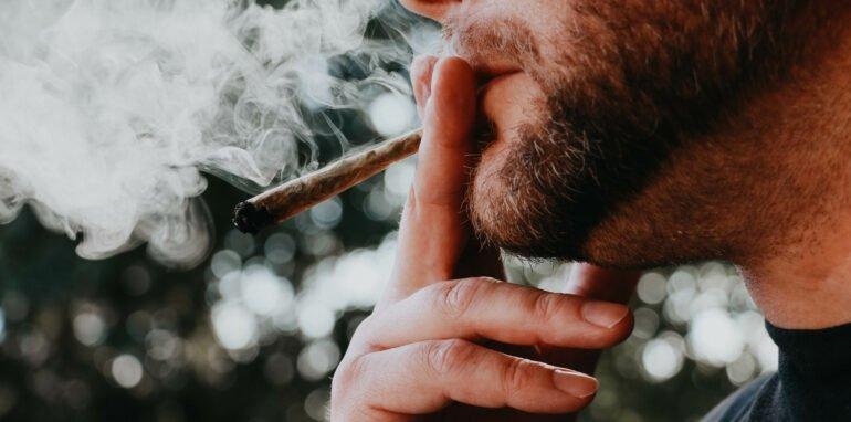 man rookt joint