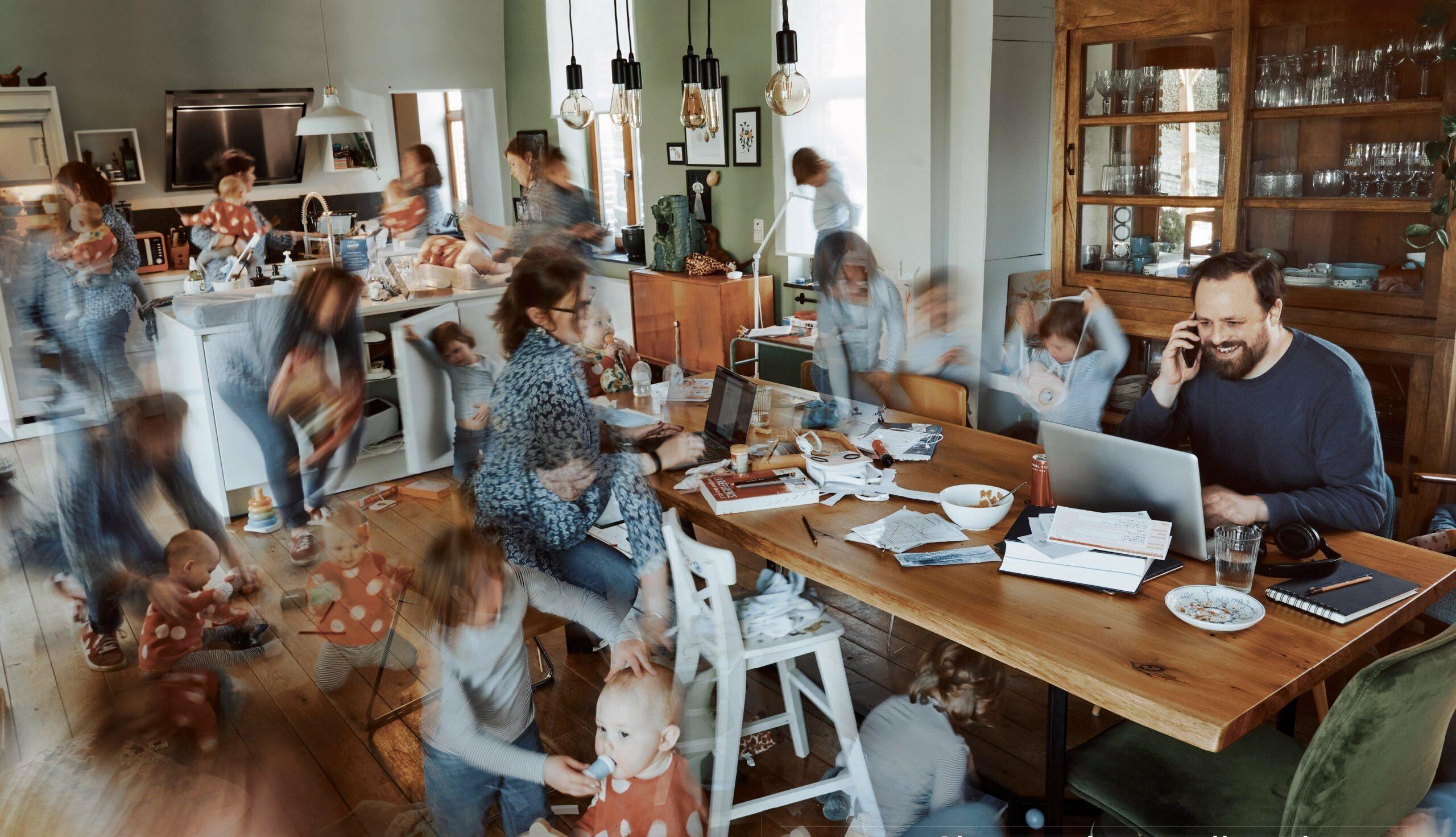 man zit aan tafel in de woonkamer, terwijl de vrouw overal tegelijk gefotoshopt is