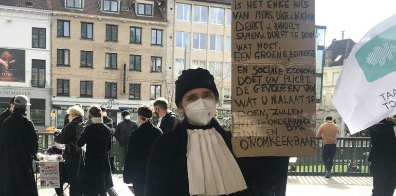 Klimaatadvocate met protestbord