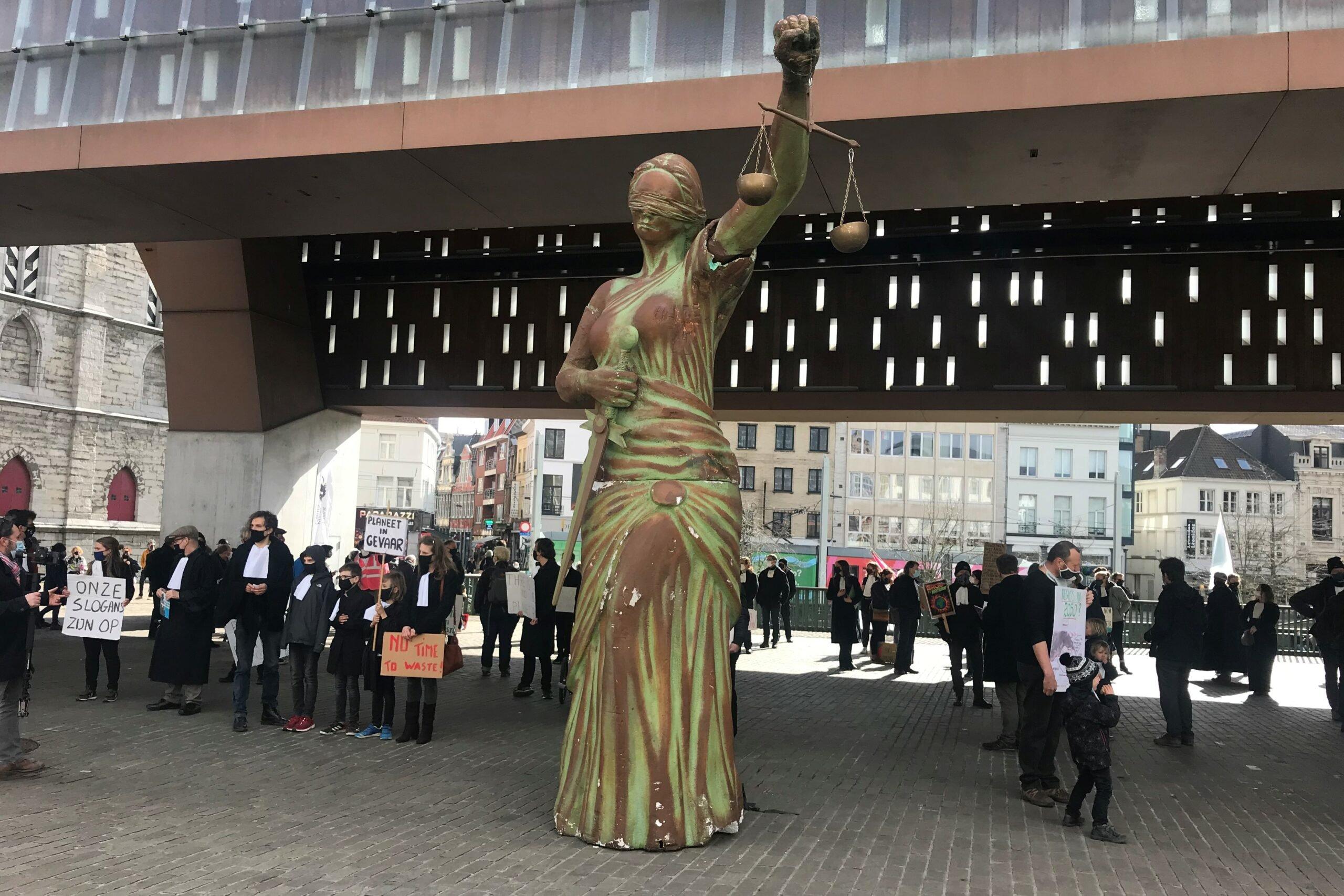 standbeeld van Vrouwe Justitia voor de Stadshal