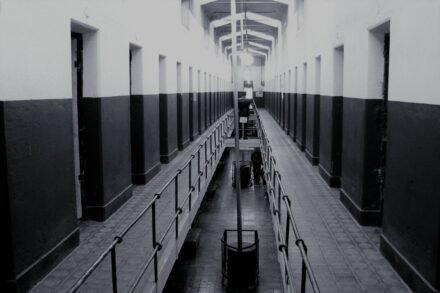 grote gang met twee verdiepingen cellen