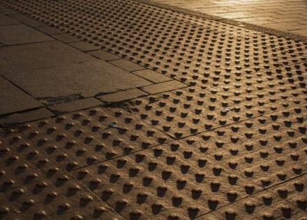 voelnoppen op straat bij avondlicht