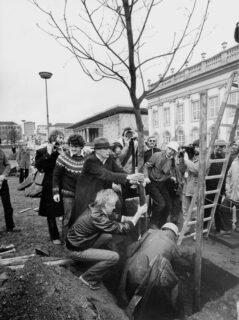 JosephBeuys7000Eichen documenta-7-1982foto Dieter-Schwerdtle©Documenta-Archiv