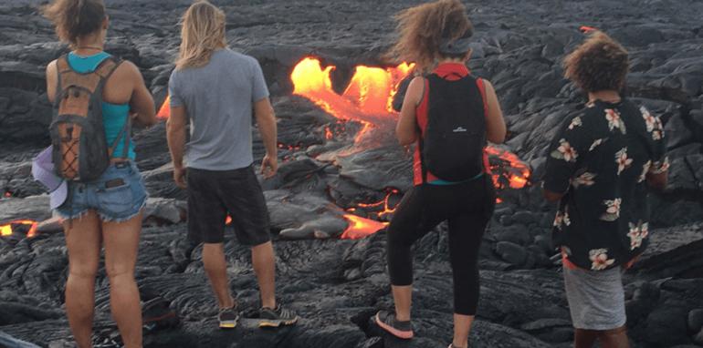 Wandelaars rondom een vulkaan.